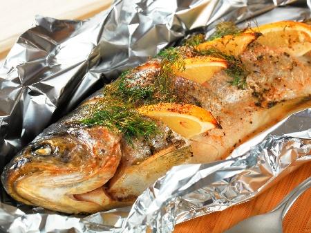 Печена риба пъстърва на фурна със зехтин, портокал, розмарин и босилек във фолио - снимка на рецептата